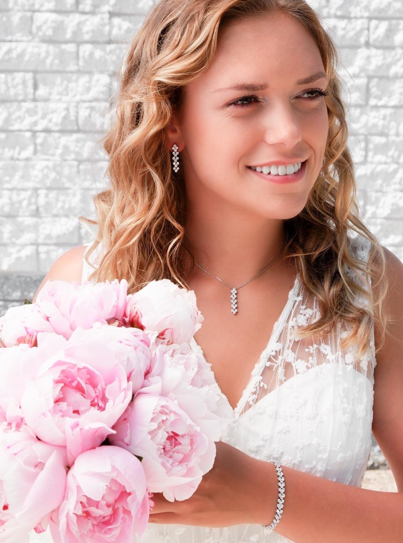 Vrouw draagt Elegante Bruidsketting met sparkle