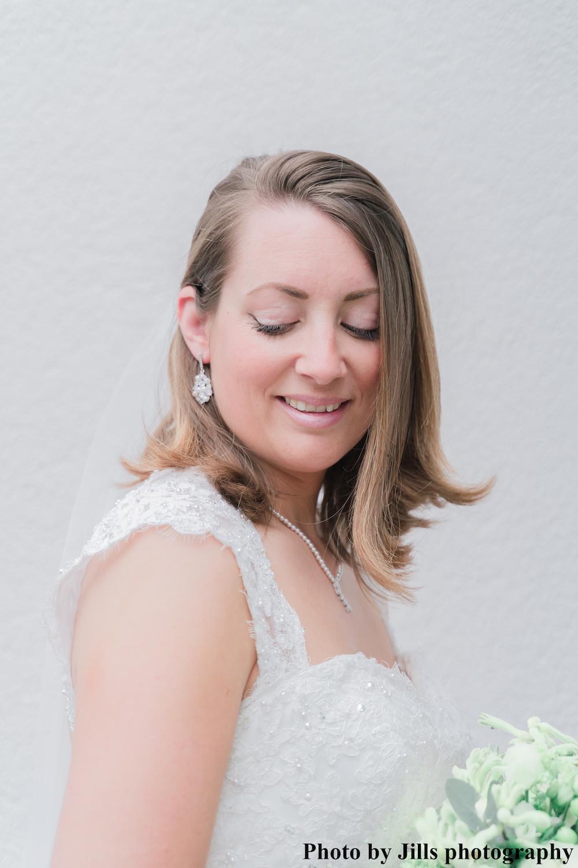 bruid draagt oorbellen met parels met parel ketting