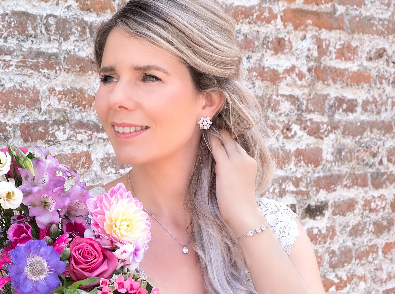 Vrouw draagt klassieke bruidssieraden voor haar bruiloft