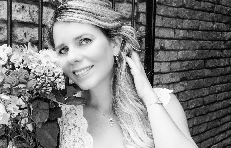 Vrouw draagt sparkle sieraden set met fleurige bloemen