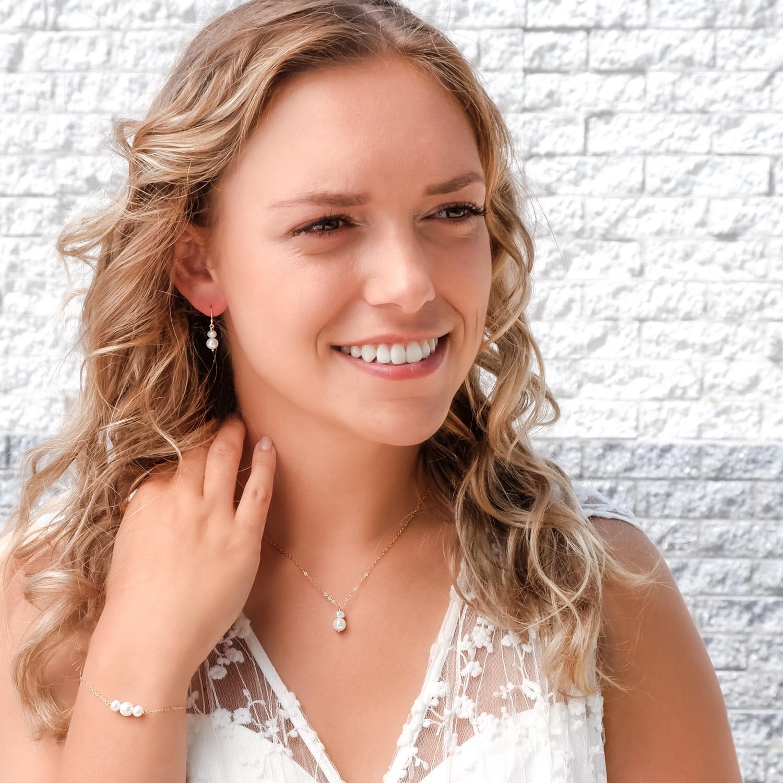 Bruid met een parel sieradenset om te kopen