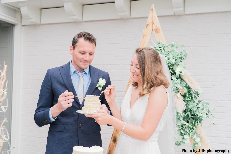 Bruid met drks sieraden en bruidegom met taart