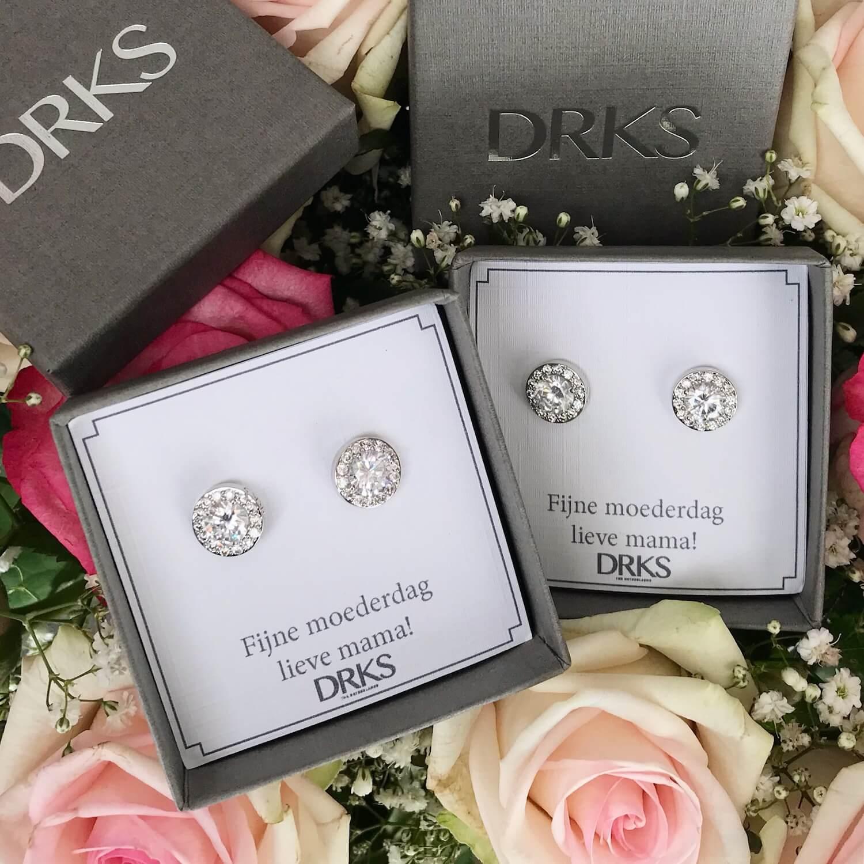 2 zilveren oorbellen met kristallen in een doosje met persoonlijke tekst