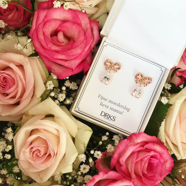 rose goude oorbellen met strikje en kristal en met persoonlijke tekst