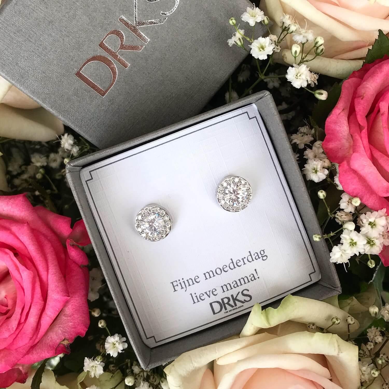 ronde zilveren oorbellen met kristallen en met persoonlijke tekst