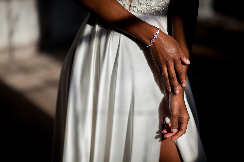 Bruid met sierlijke armband in rose goud