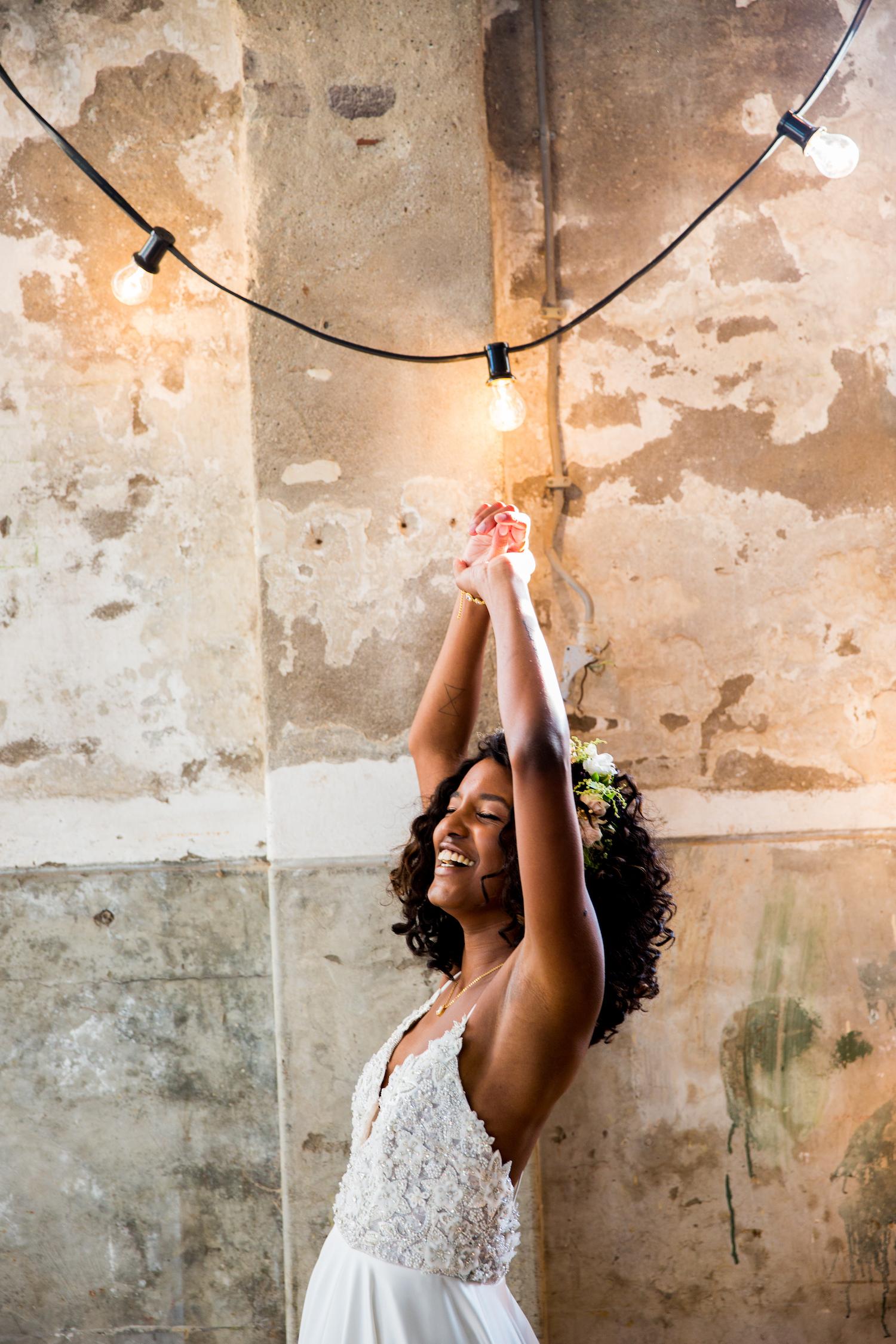 Lachende bruid met donker haar