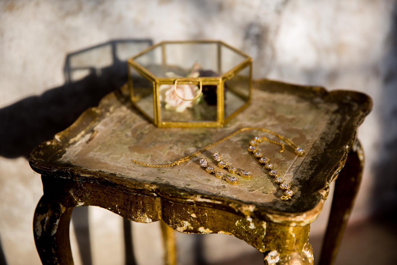 Tafel met rose gouden oorbellen, ketting en armband