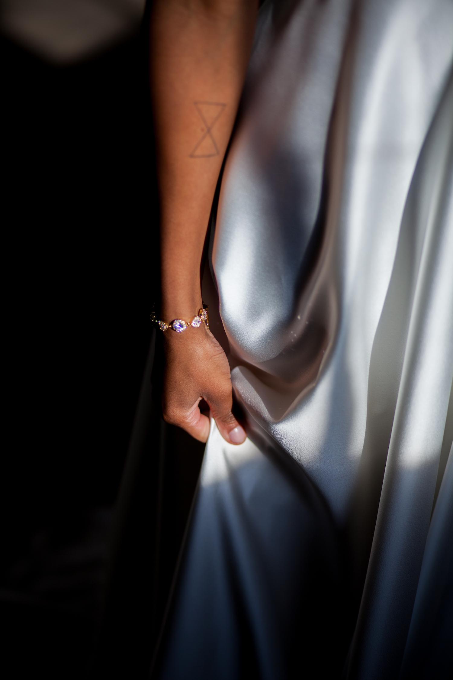 gouden bruidsarmband om pols van bruid