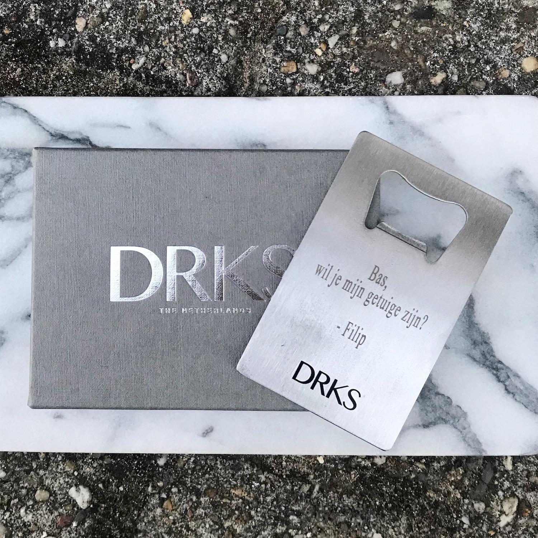 DRKS graveerbare flesopener op marmer bordje met sieradendoosje van DRKS