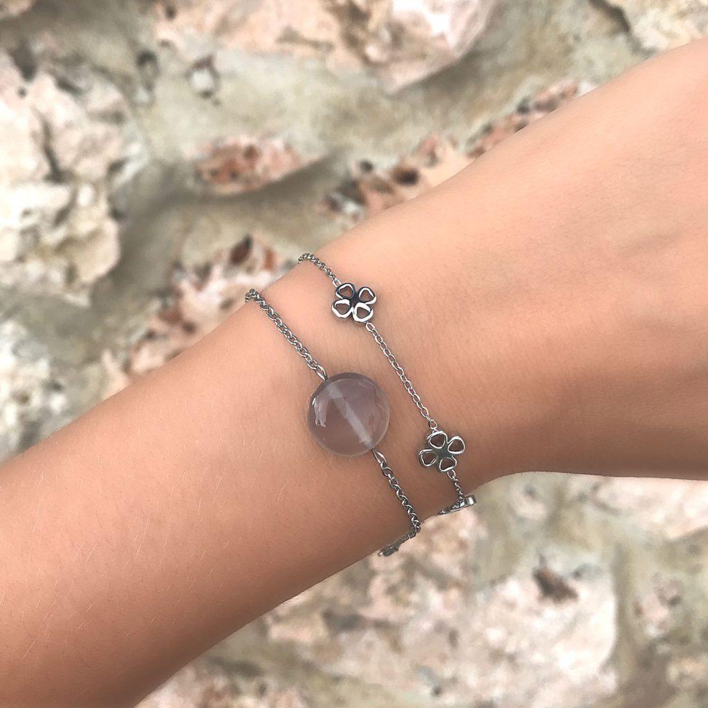 armband met grijze agaat en klavertjes om pols