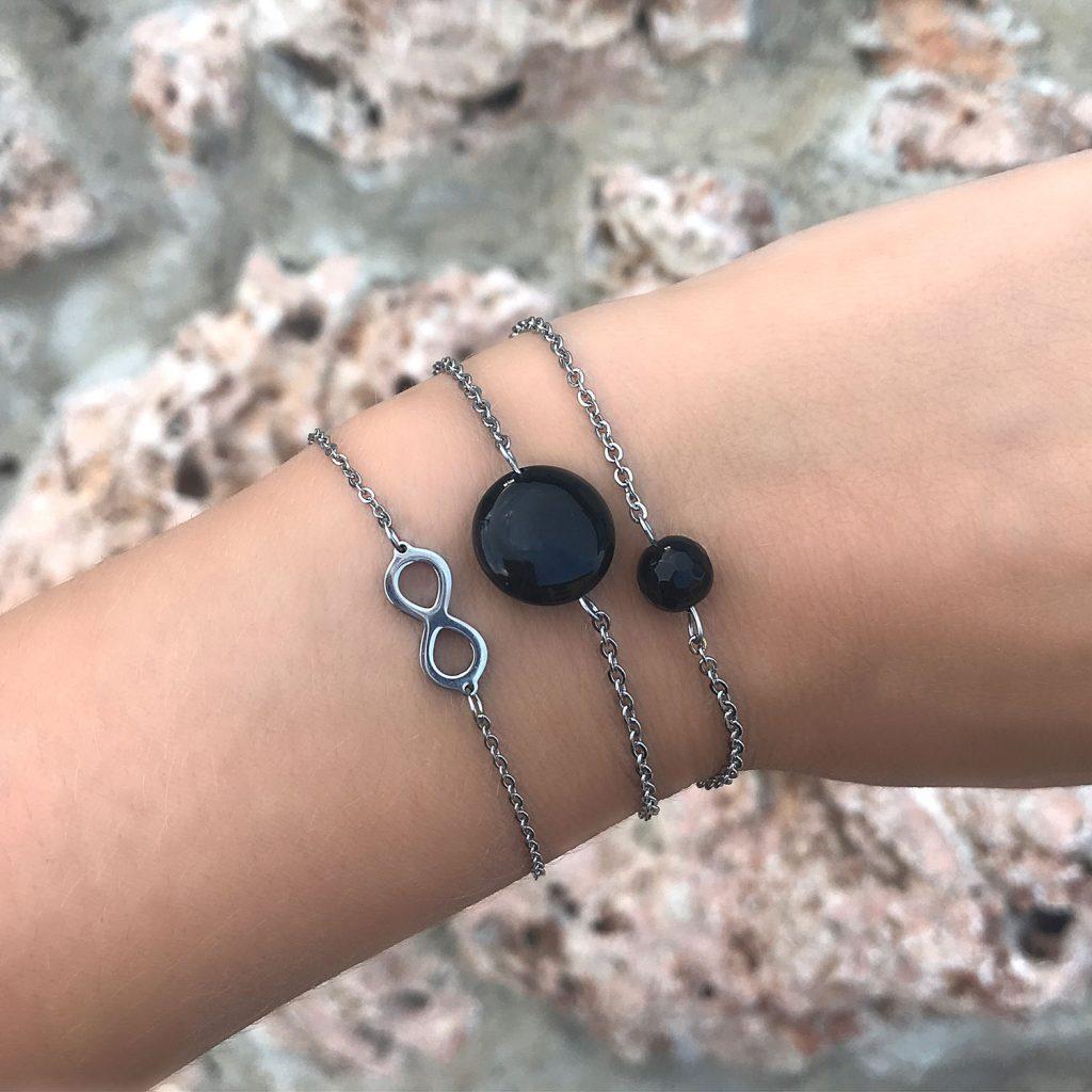 zilveren armbanden met zwarte stenen om pols