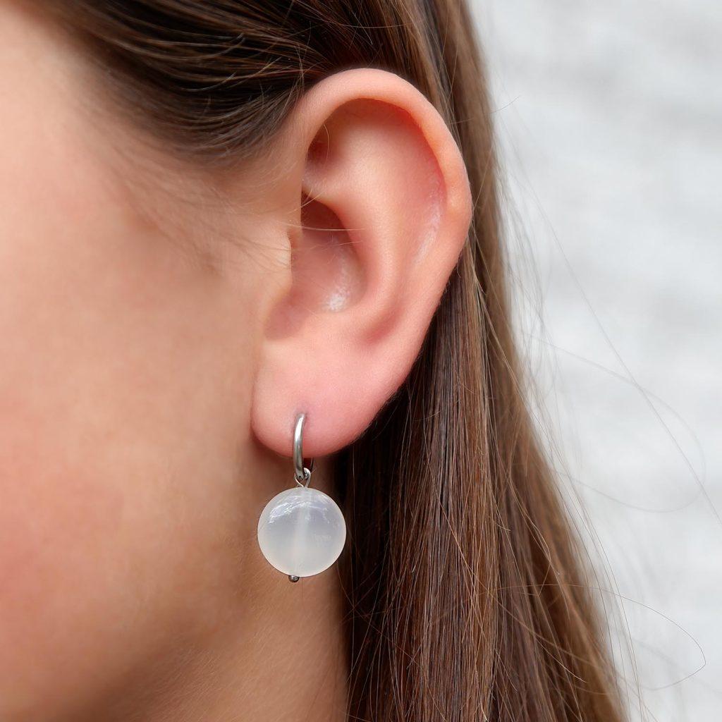 oorbellen met witte agaat in oor