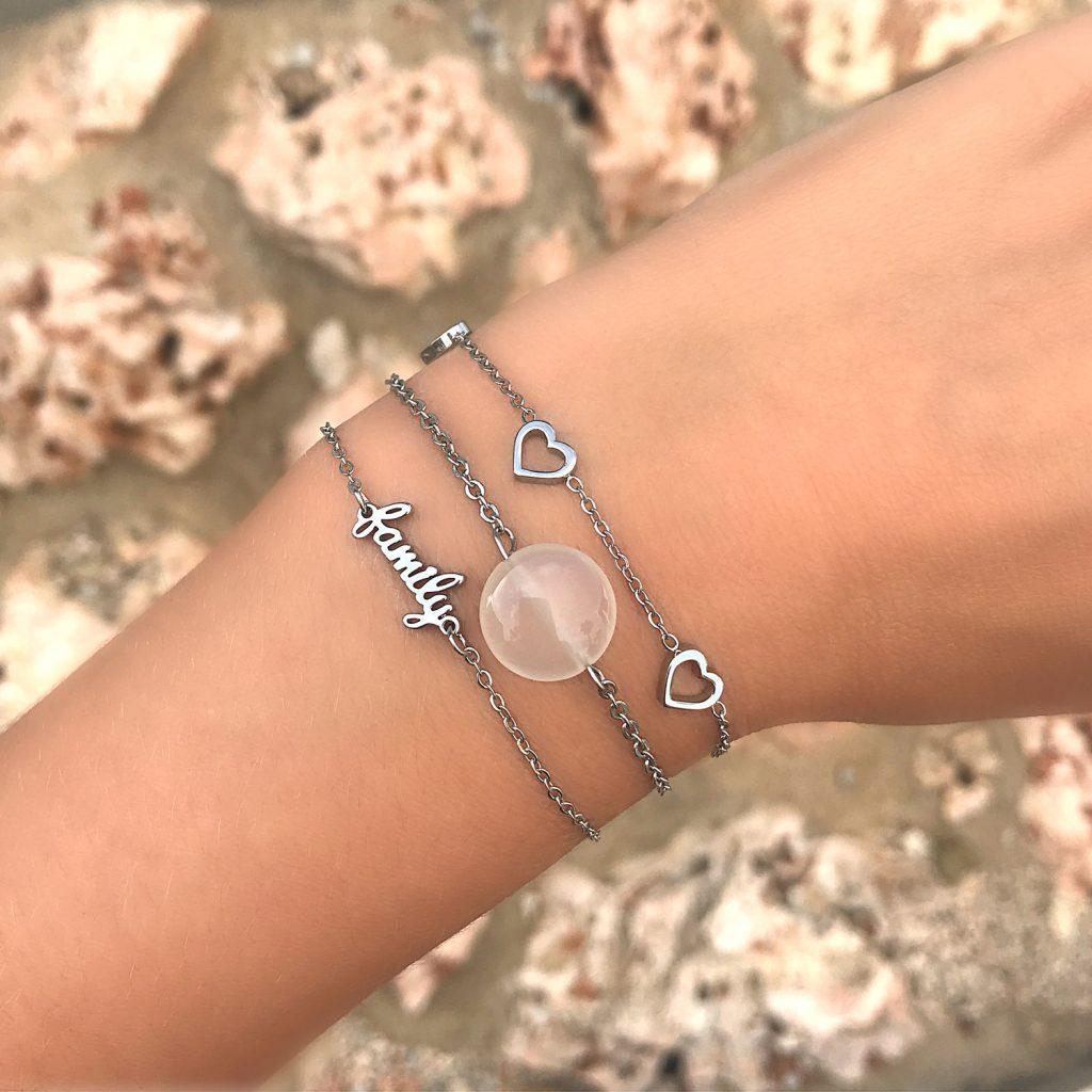 Zilveren armbandjes van drks om pols