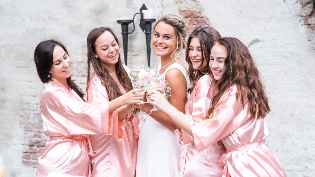 meiden voor de bruiloft in de kimono