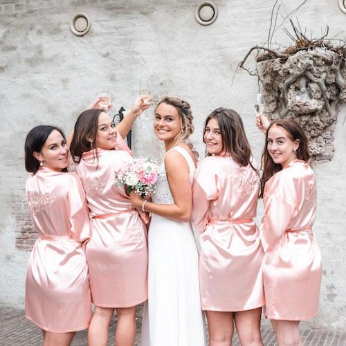 brides crew roze kimonos om te dragen op hun grote dag
