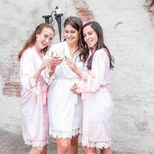 Bruid en bruidsmeisjes dragen DRKS kimono's