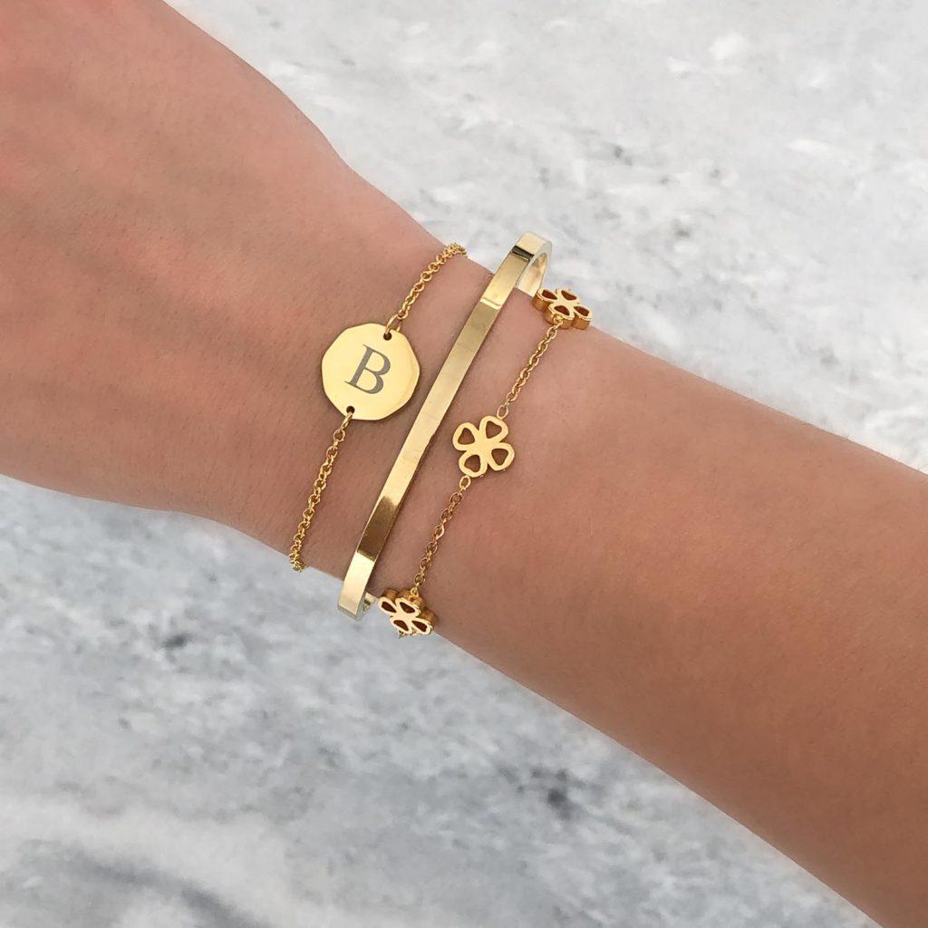 letter armband met klavertje armband en plat armbandje