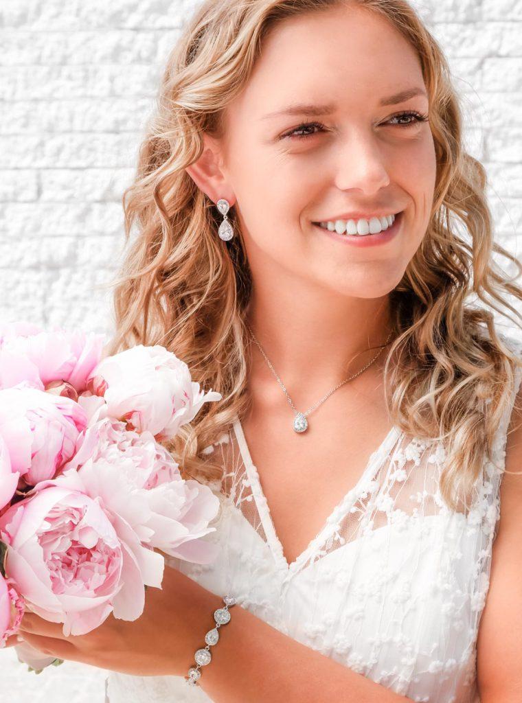 bruid met zilveren bruidssieraden en boeket