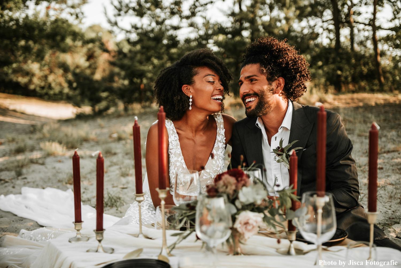 bruidspaar aan dinertafel met decoratie in natuur