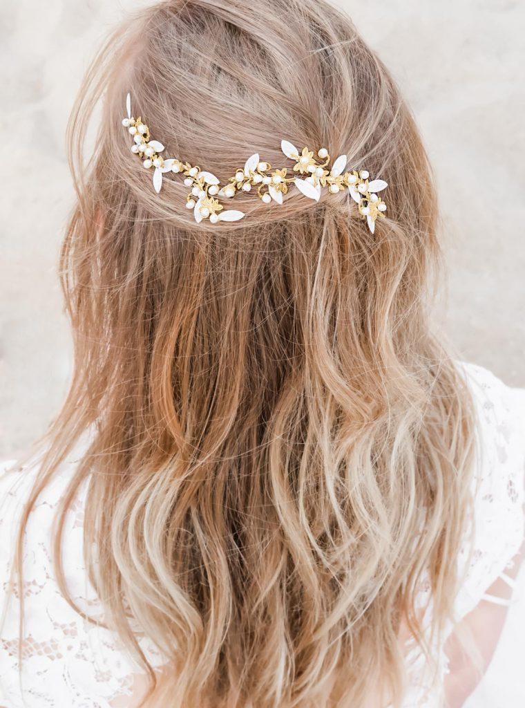 goudkleurige haaraccessoires bruid