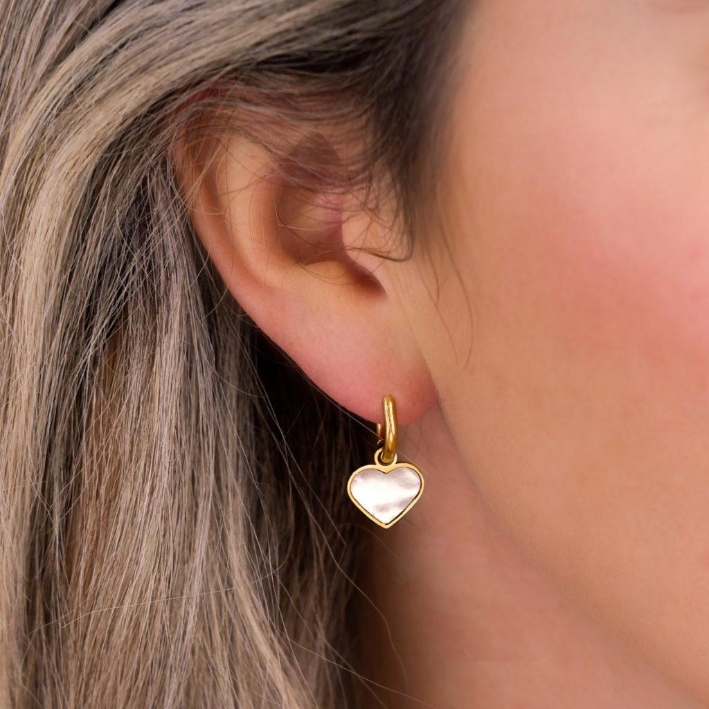parelmoer hartjes oorbellen in oor