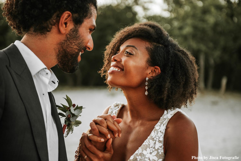 bruidspaar met rose gouden sieraden en corsage