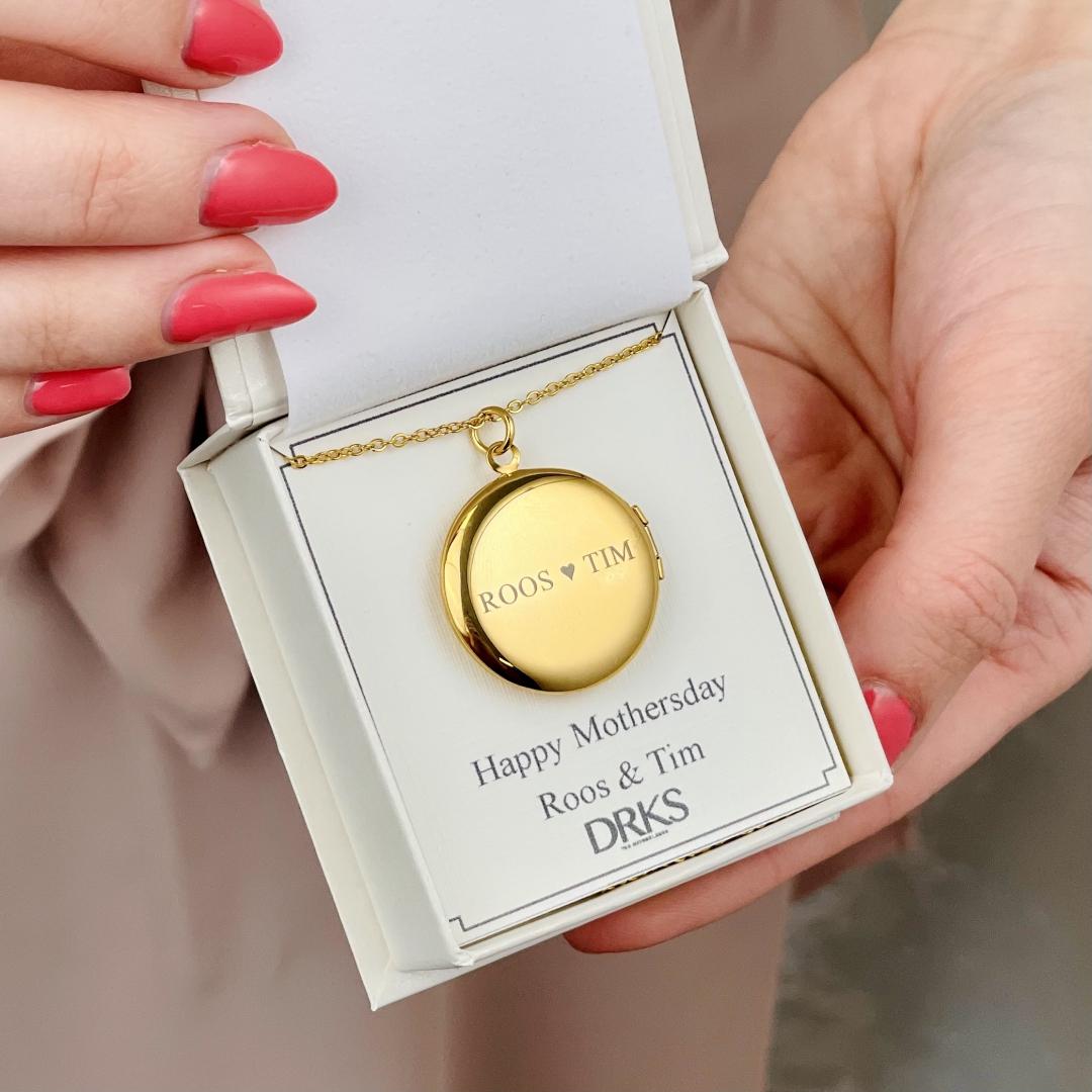 gouden medaillon ketting met gravering in sieradendoosje