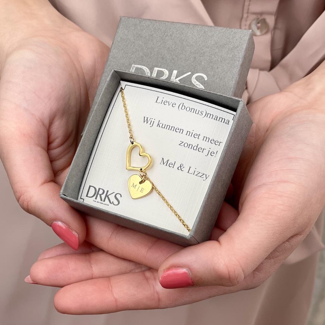 gouden hartjes armband met gravering in sieradendoosje