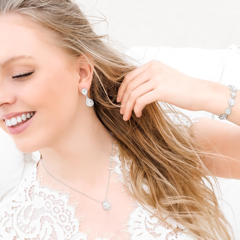 vrouw draagt zilveren sieradenset daily luxury