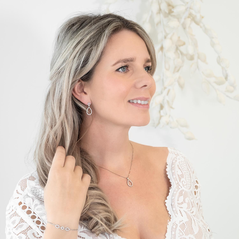 vrouw draagt sterling zilveren sieradenset