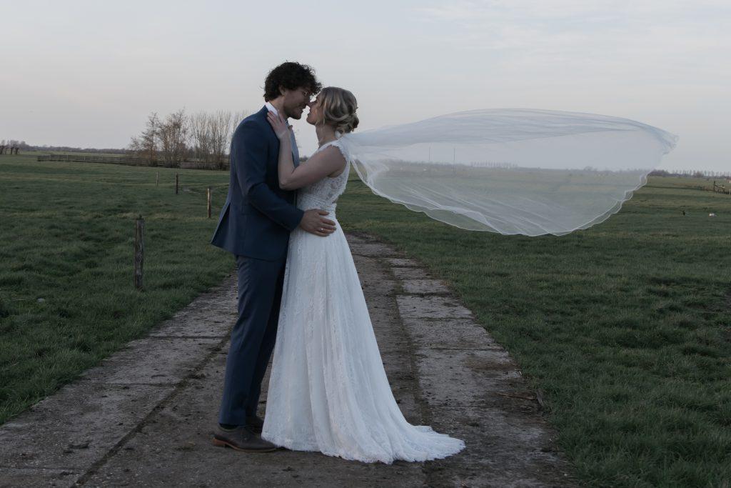 bruidspaar-in-het-weiland