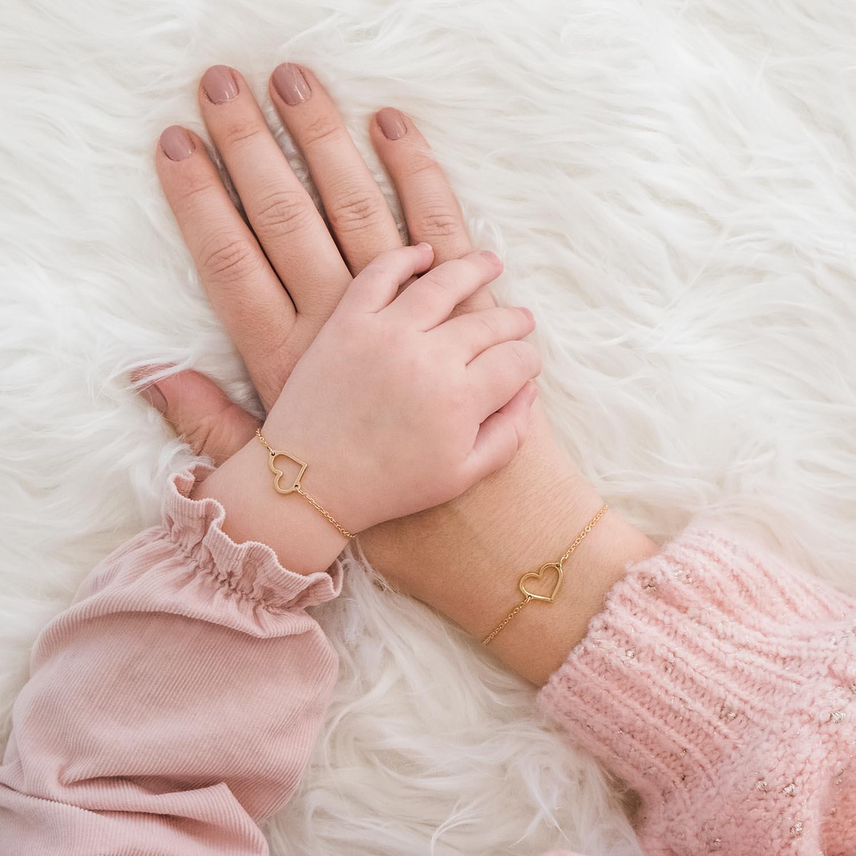 moeder en dochter dragen gouden armbandjes met hartje