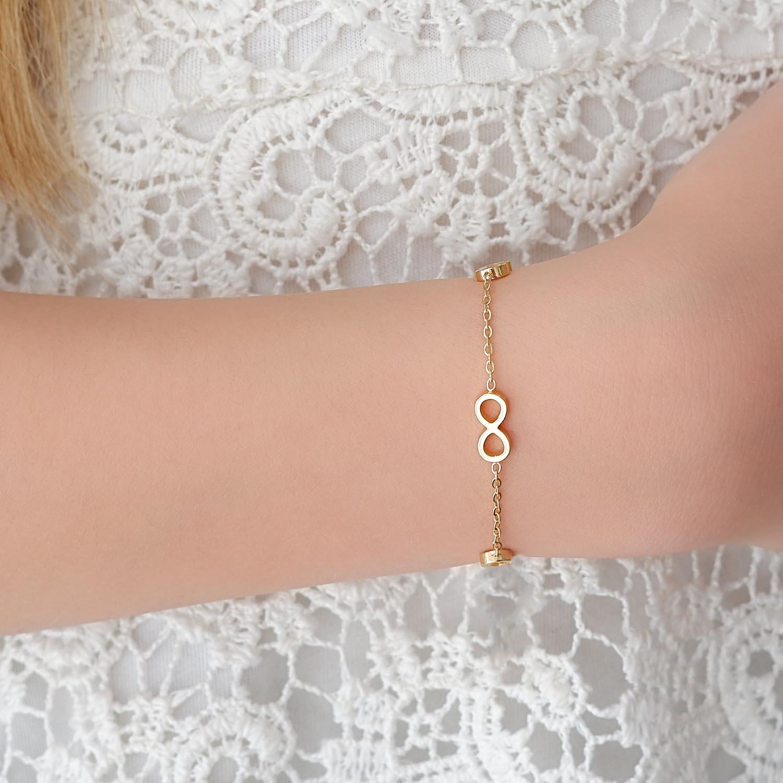 meisje draagt gouden armbandje met infinity tekens