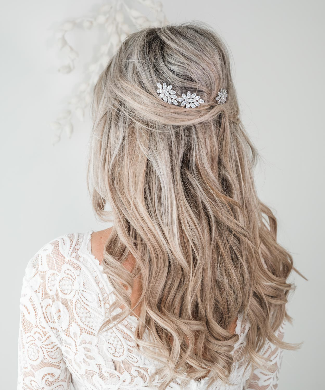 bruid draagt haaraccessoire