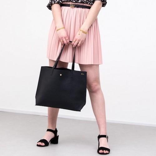 model met zwarte shopper tas