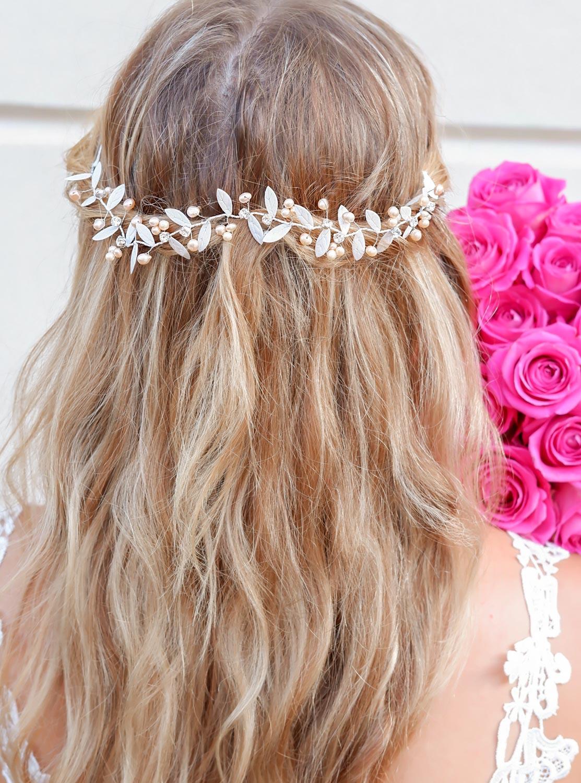 bruidskapsel met haaraccessoire voor de bruid