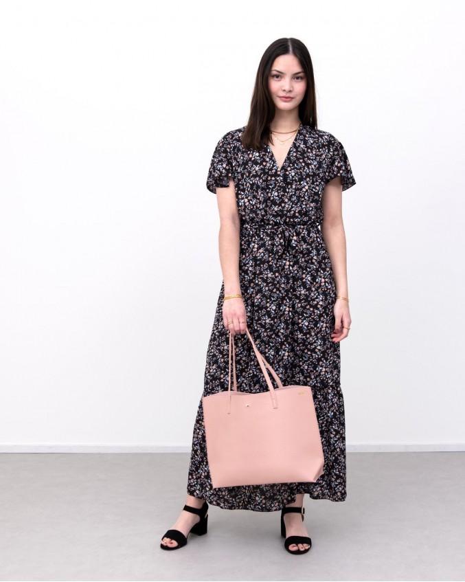 model draagt roze shopper