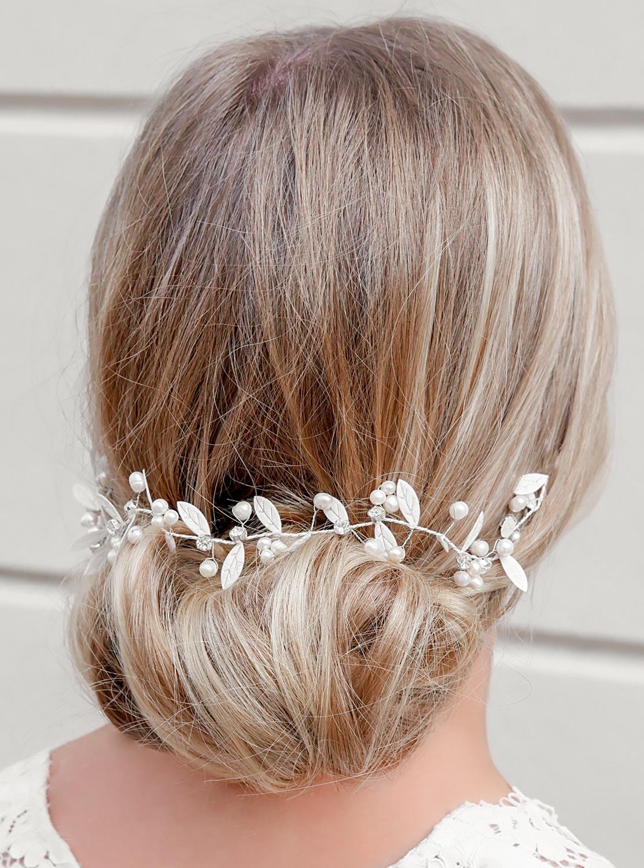 bruid draagt haaraccessoire met parels