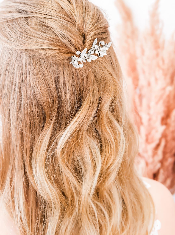bruid draagt zilveren haarsieraad