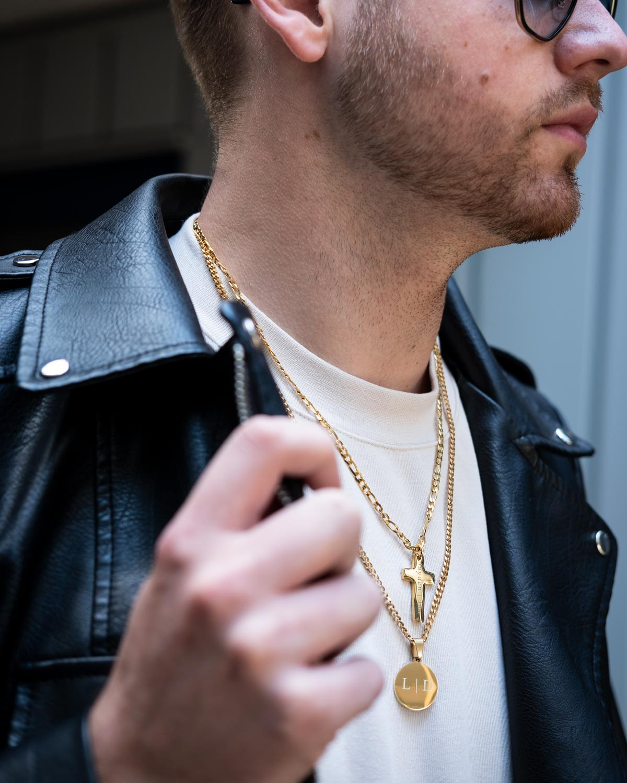 man draagt gouden gepersonaliseerde kettingen