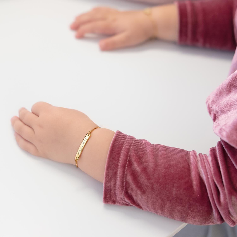 kindje draagt gouden graveerbare armband