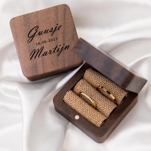 Vierkant houten doosje met ringen