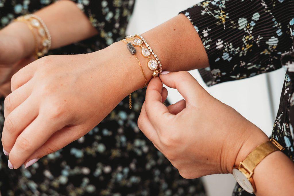 Armparty met gouden tennis armband