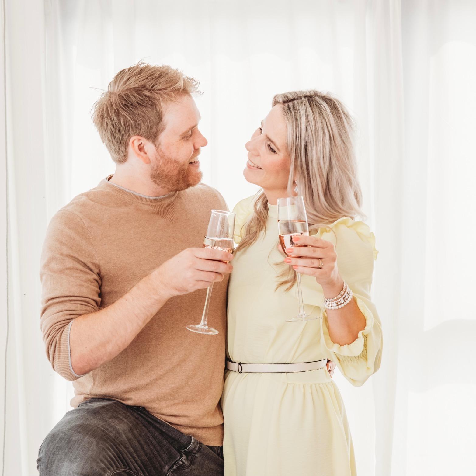 man en vrouw proosten