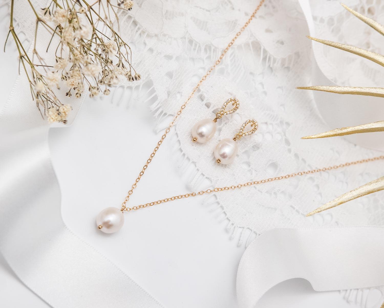 parel ketting en oorbellen met gouden details