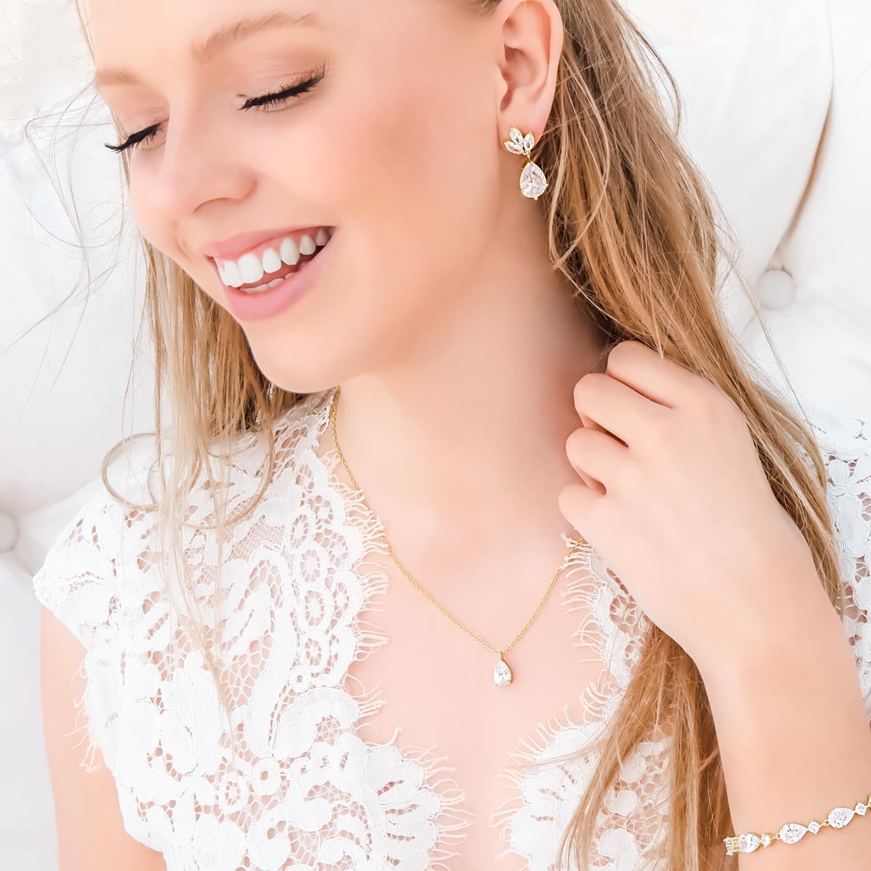 vrouw draagt gouden sieraden met steen