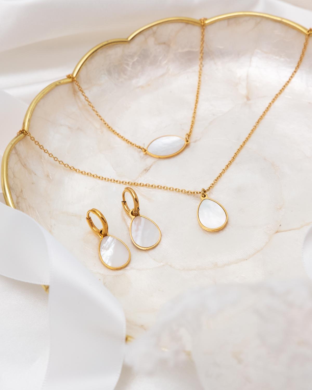 gouden parelmoer sieraden op schaaltje
